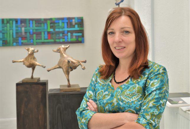 Die Künstlerin Bronislava von Podevils vor ihren Arbeiten