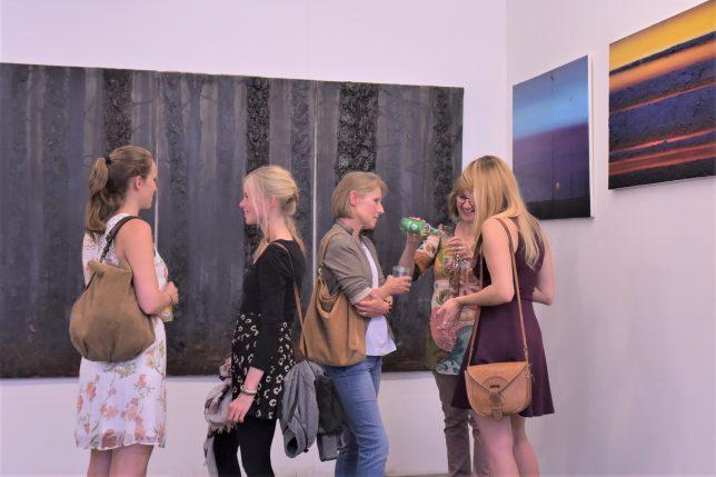 Besucher:innen vor den Arbeiten von Karolina Jarmolinska