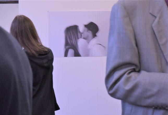 Ausstellungsansicht, Im Hintergrung eine Arbeit von Irma Chacall