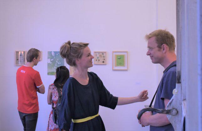 Die Künstlerin Anne Ehrhardt unterhält sich mit dem Künstler Frank Frede